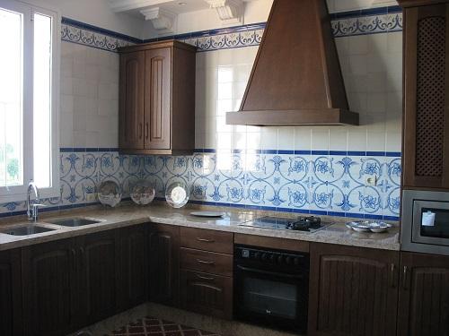 Cocina decorada con azulejos pincelados
