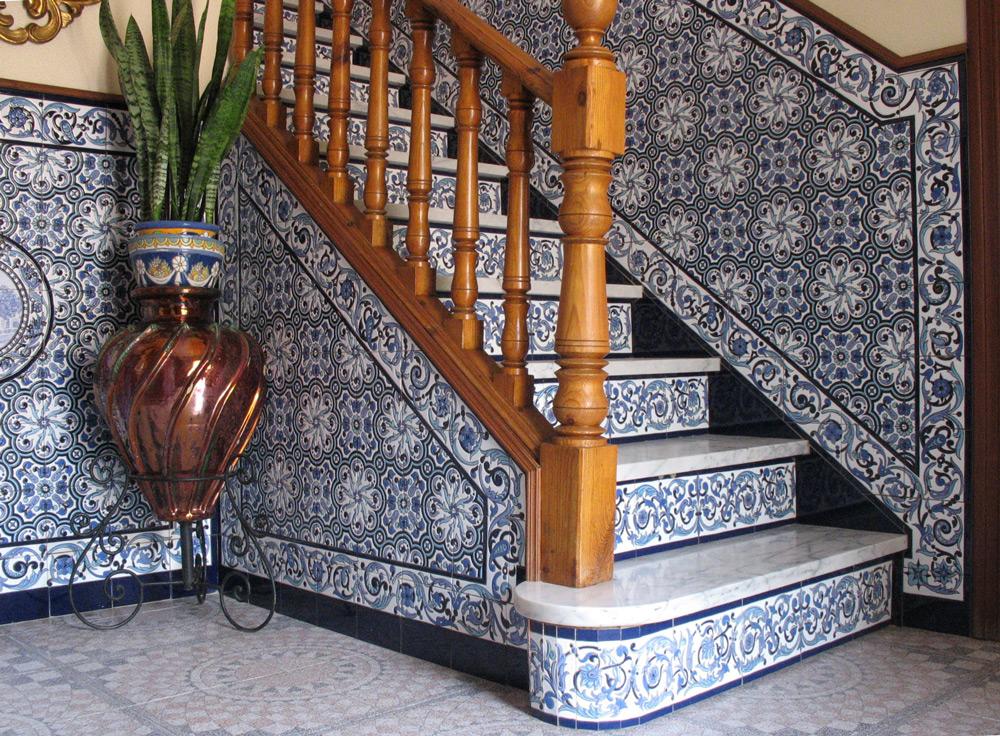 Escalera y zócalo diseñado a medida en azul y blanco (Sevilla)