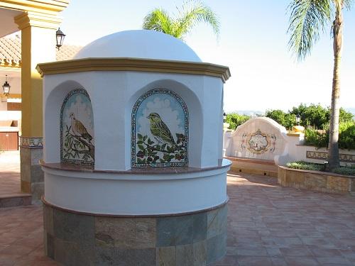 Decoración de brocal de pozo con murales de azulejos