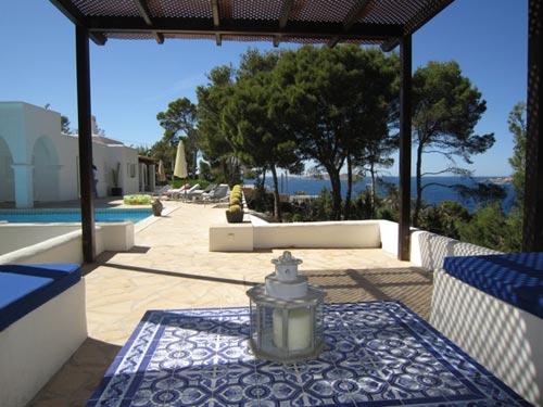 Mesa de jardín de azulejos en vivienda particular (Ibiza)