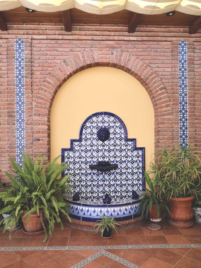 Fuente decorativa FT4N azul en la terraza de una vivienda en Los Santos de Maimona (Badajoz)